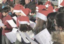 Niños cantando villancicos.